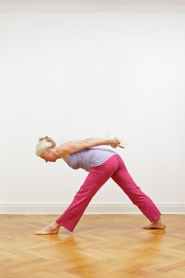 资深女子瑜伽拷贝空间 免版税库存照片