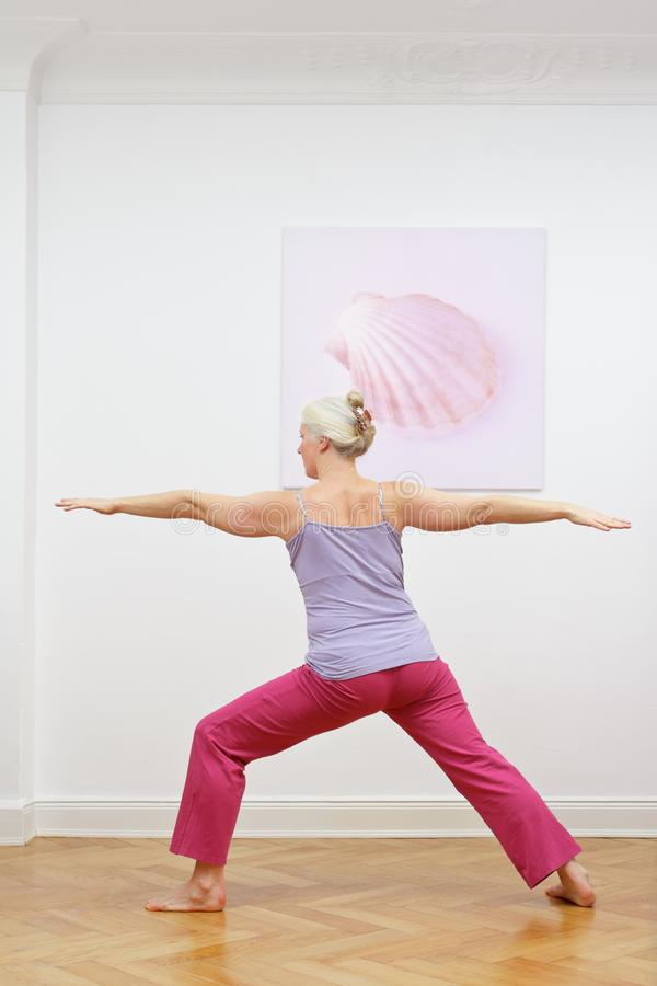 资深女子瑜伽锻炼战士 免版税库存图片