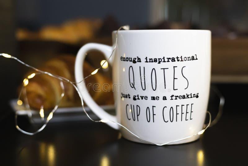 足够激动人心的行情给我一杯变得极度兴奋的咖啡' 免版税库存照片