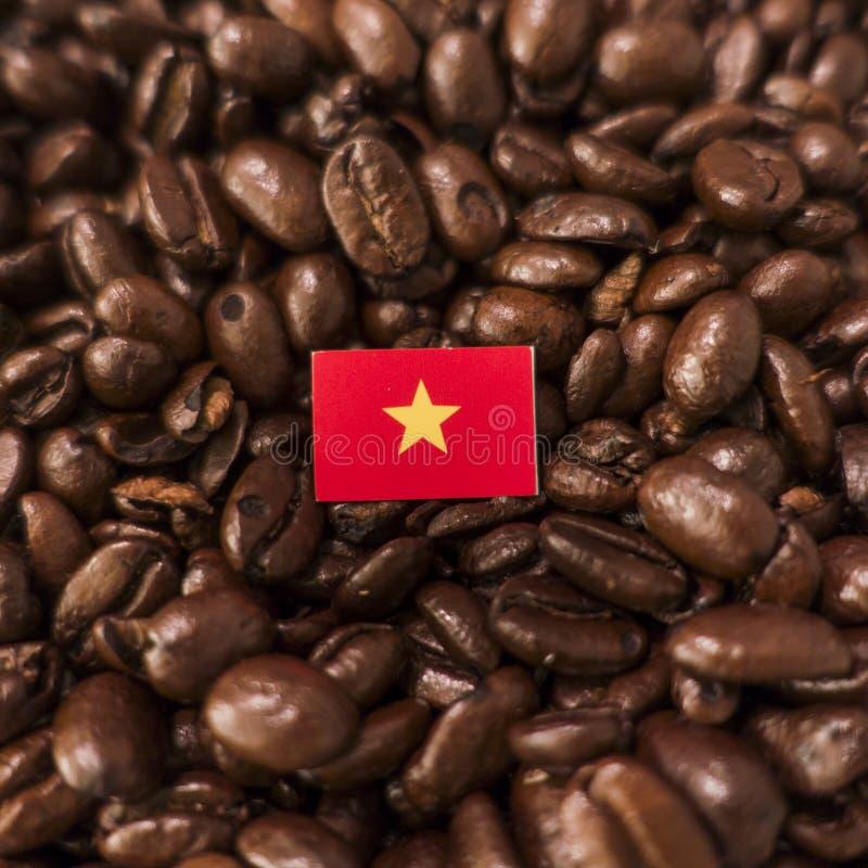 越南旗子被安置在烤咖啡豆 库存图片