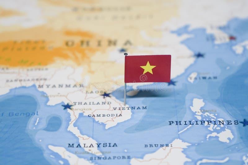 越南的旗子世界地图的 免版税库存照片