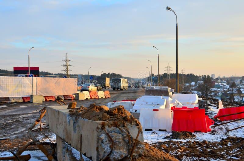 路的修理在城市高速公路的,被关闭的正确的车道,车,卡车,移动繁忙的街市街道, 免版税库存照片