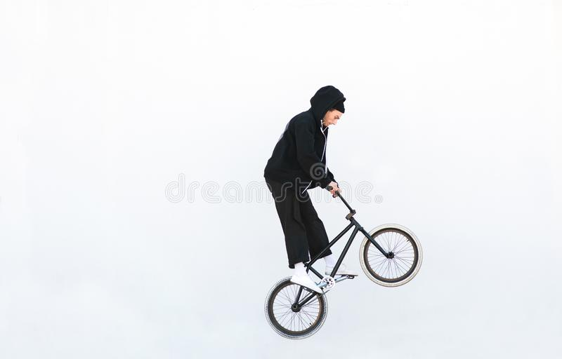 跳与在白色背景的一辆自行车的车手 车手在白色背景隔绝的bmx跳 免版税库存照片