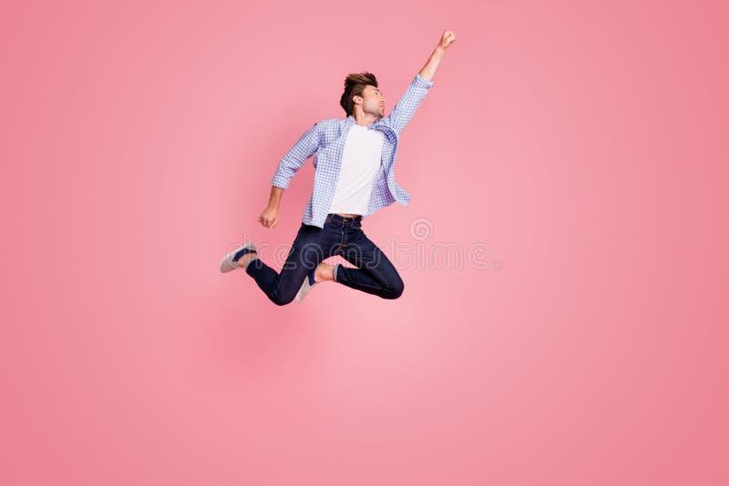 跳的上流全长身体尺寸照片他他他我拯救拳头的英俊的飞行提高超人姿势形状的世界 库存照片