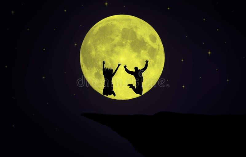 跳跃在月亮前面的夫妇 免版税库存图片