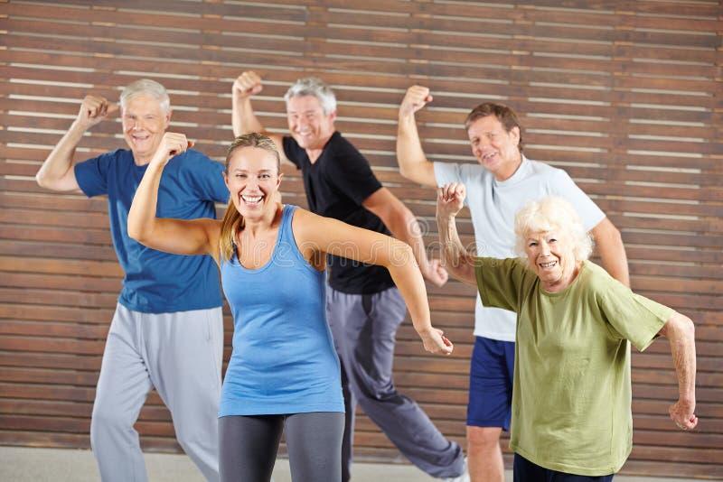 跳舞在健身俱乐部的小组前辈 免版税库存图片