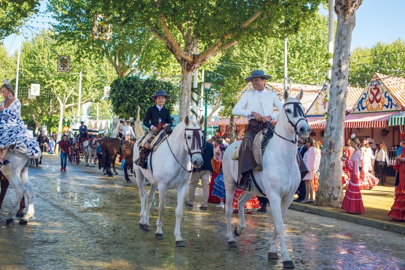 车手和人们在传统服装穿戴了享受4月市场 塞维利亚整整的宗教节日de塞维利亚 免版税库存照片