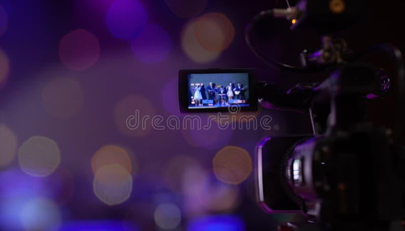 软性和迷离焦点照相机展示反光镜图象在采访或广播婚礼,Bokeh背景的抓住行动 免版税库存照片