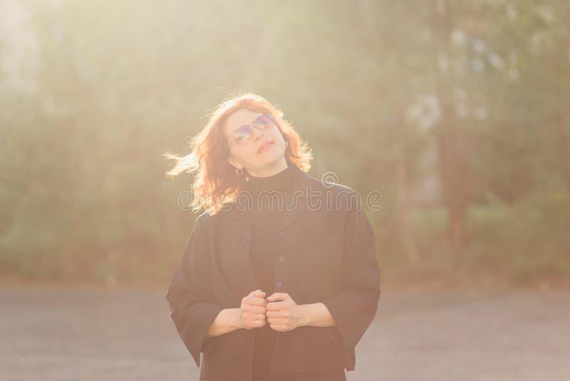 软的背后照明的中年妇女 免版税库存图片