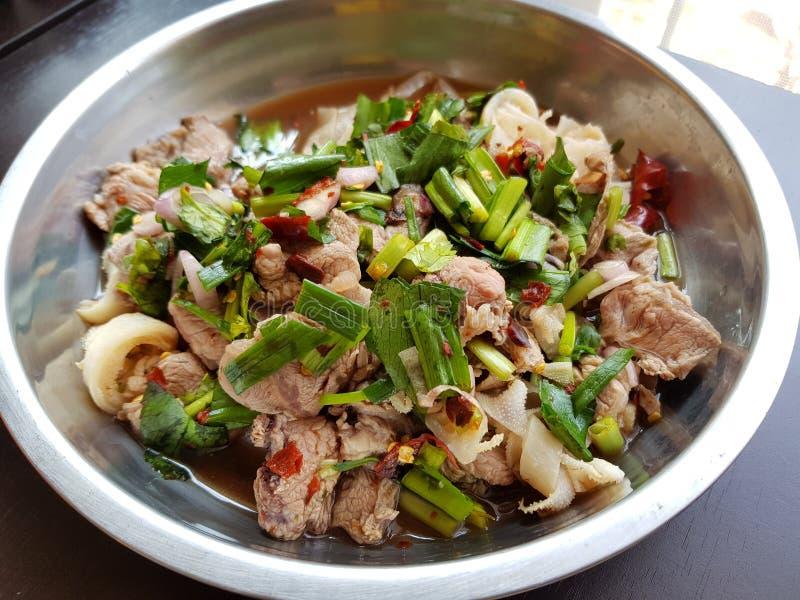 辣剁碎的牛肉沙拉-发牢骚郝或Laab,在盘的著名泰国食物 免版税库存图片