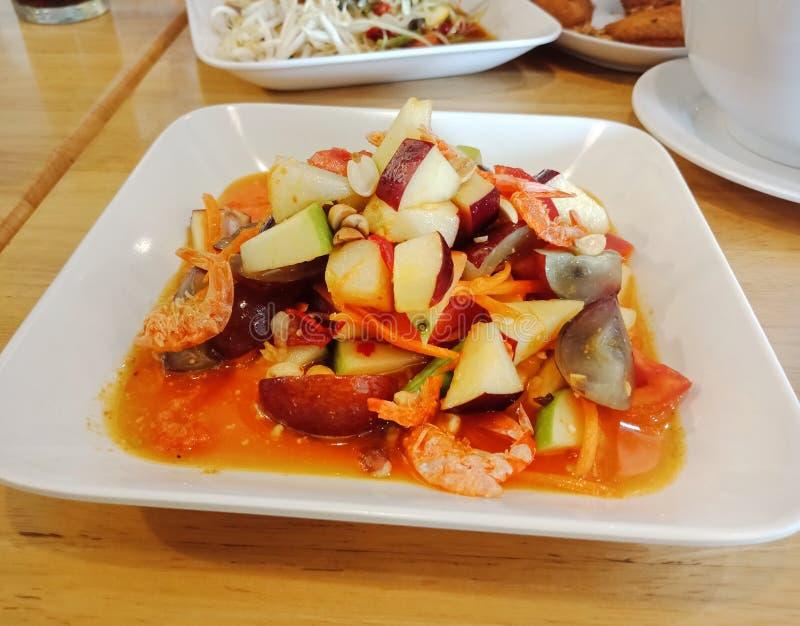 辣水果沙拉在餐馆 库存图片