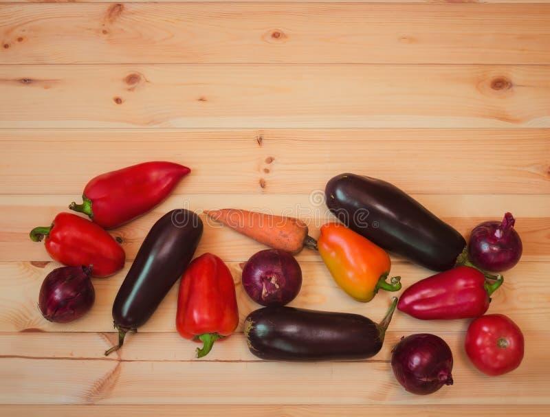 边界由被分类的新鲜蔬菜做成在木背景 免版税库存图片