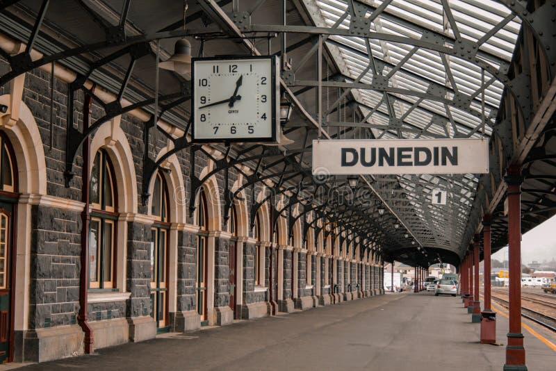达尼丁,新西兰- 2016年9月24日:在著名火车站的平台1在达尼丁奥塔哥地区,空的火车站 免版税库存图片