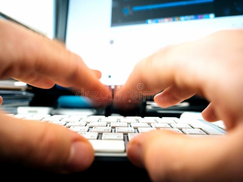 运转在键盘文字使用的男性手 库存照片