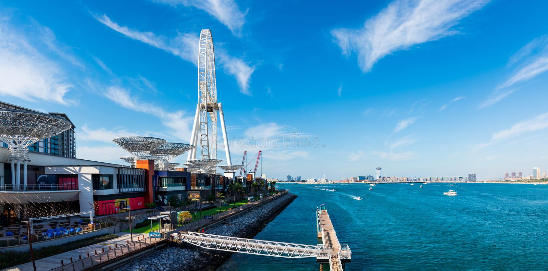 迪拜,阿拉伯联合酋长国- 2019年2月14日:在Bluewaters海岛的全景在有大弗累斯大转轮的迪拜小游艇船坞在a 库存照片