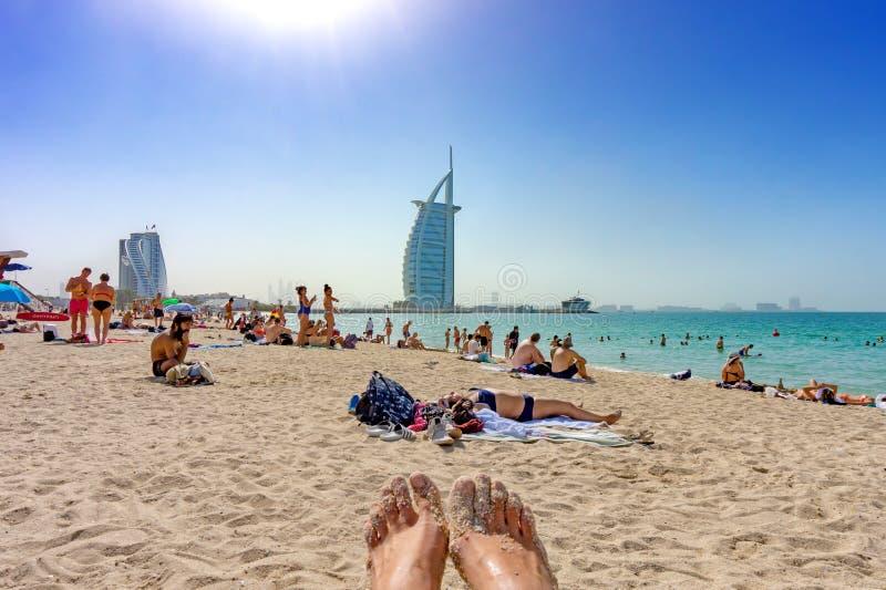 迪拜,阿拉伯联合酋长国/11 03 2018年:享用在迪拜巫婆的人们卓美亚奢华酒店集团海滩是以后找出并且被命名的一白色沙滩 免版税库存照片