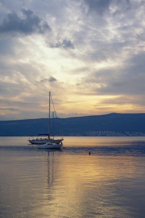 远离 与反射的美好的平衡的风景在水中 黑山,科托尔湾 库存图片