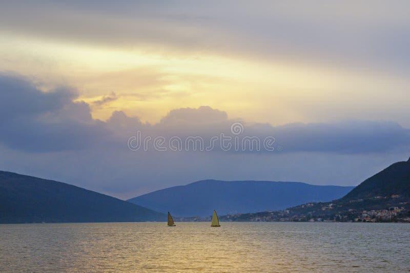 远离 美好的晚上地中海风景 黑山,科托尔湾 库存图片