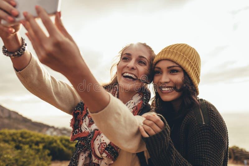远足社会媒介的旅行内容 免版税库存照片