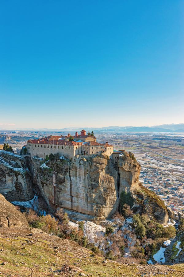迈泰奥拉修道院全景高岩石的在冬时,希腊 免版税库存图片