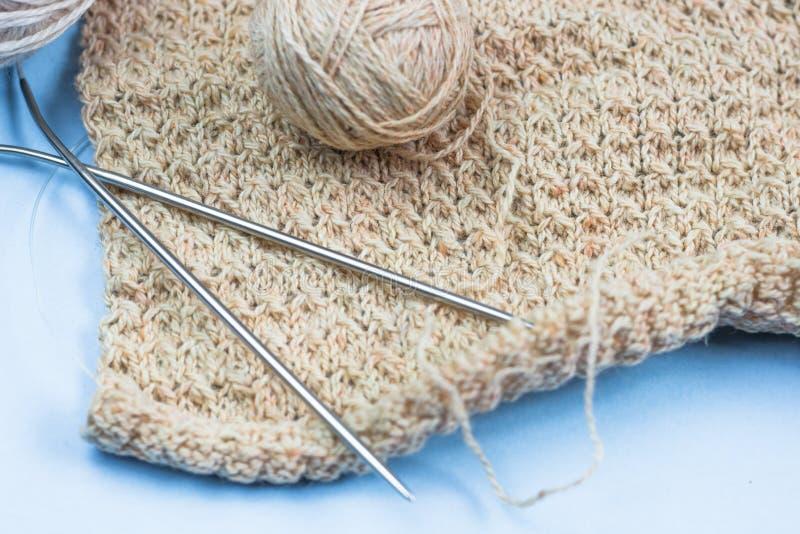 过程中编织的项目 片断编织与毛线球和编织 库存图片