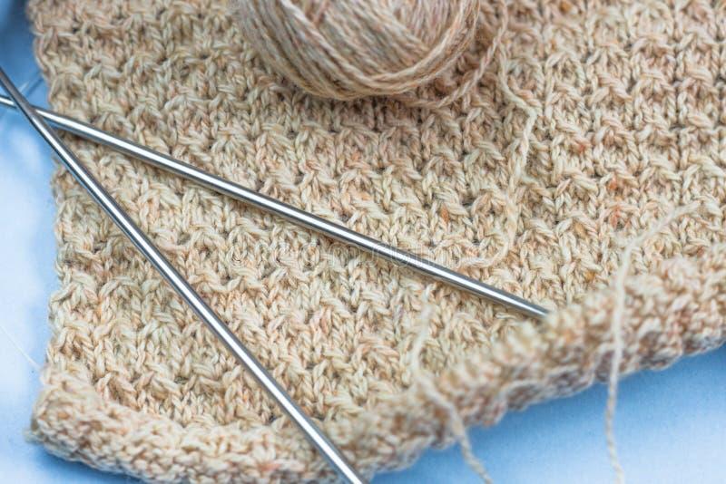 过程中编织的项目 片断编织与毛线球和编织 免版税库存照片