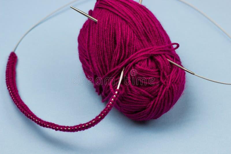 过程中编织的项目 片断编织与毛线球和编织 免版税库存图片