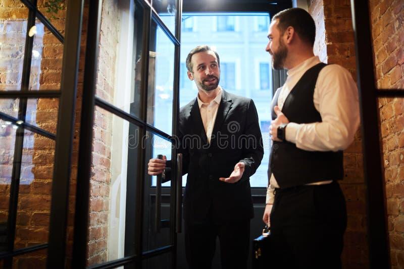进入餐馆的先生们 免版税库存图片
