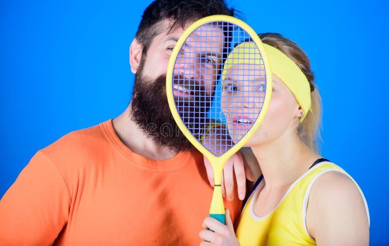 这场比赛比爱好是更多 概念健康生活方式 爱上网球拍运动器材的男人和妇女夫妇 库存照片