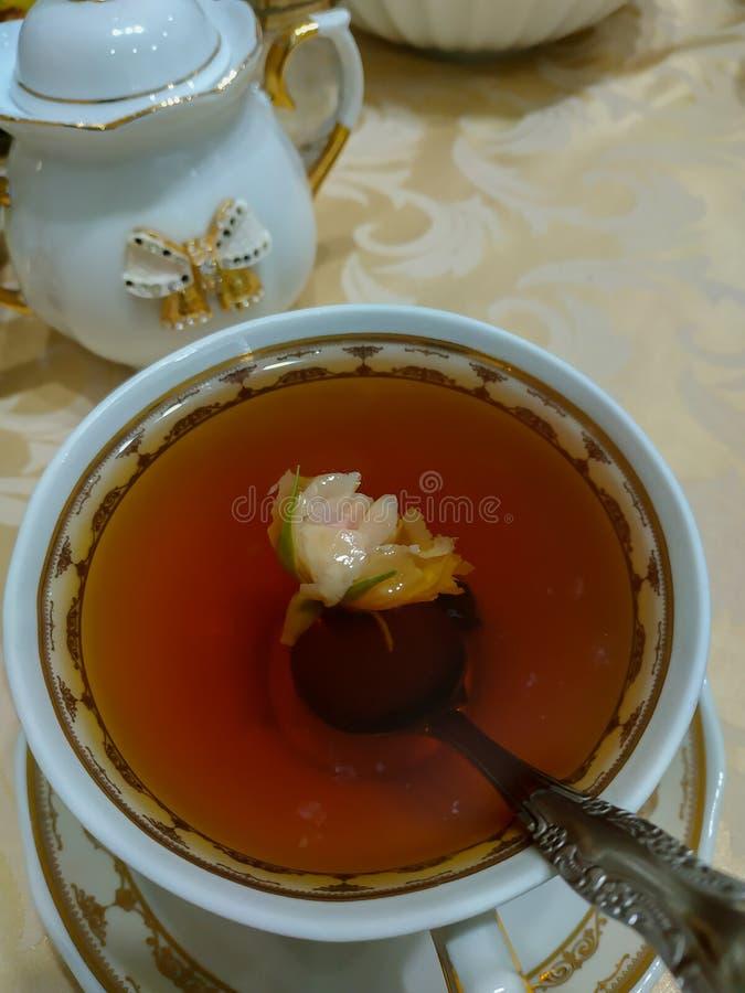 茶在一杯茶上升了 免版税图库摄影