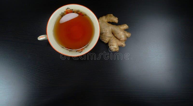 茶杯porcelein老时尚有姜下午茶茶时间的黑色背景! 库存图片