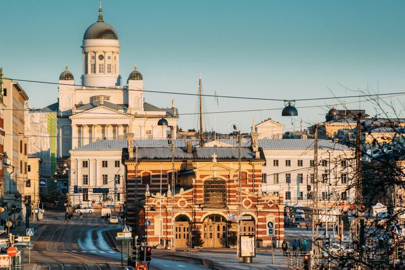芬兰,赫尔辛基 赫尔辛基座堂和老市场霍尔Vanha Kauppahalli看法在好日子 著名圆顶地标 库存图片