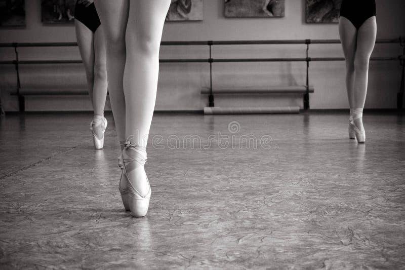 芭蕾舞女演员脚特写镜头在pointe鞋子的在舞厅里 葡萄酒摄影 一位芭蕾舞女演员的特写镜头在舞厅里 免版税图库摄影