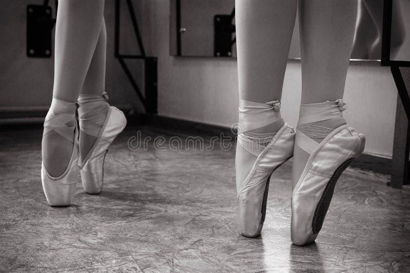 芭蕾舞女演员脚特写镜头在pointe鞋子的在舞厅里 葡萄酒摄影 一位芭蕾舞女演员的特写镜头在舞厅里 库存照片
