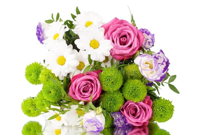 花束桃红色玫瑰,与绿色叶子的白色菊花在白色背景被隔绝的关闭 库存图片