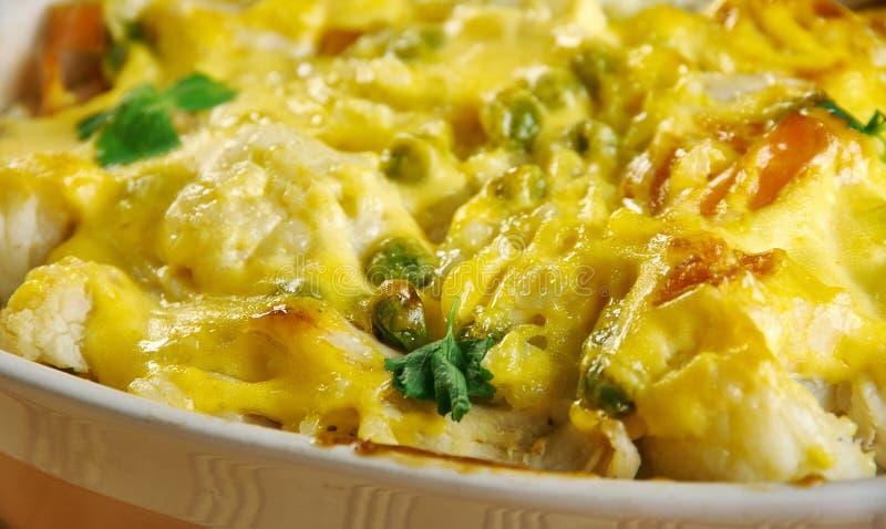花椰菜、米、乳酪和鸡肉沙锅菜 免版税图库摄影
