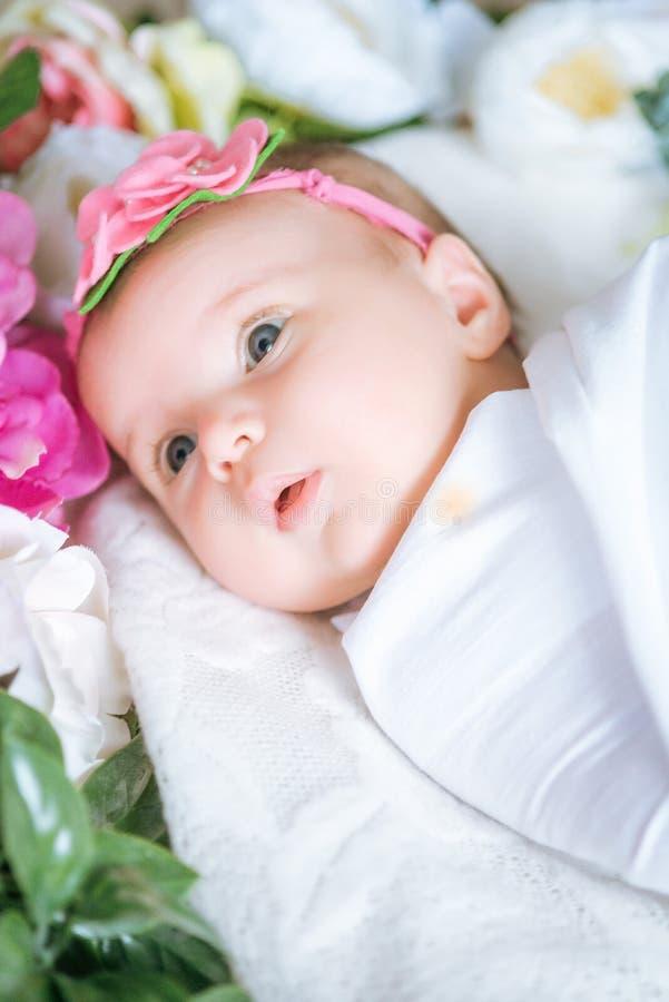 花的新生儿穿戴在花的谎言 免版税库存照片