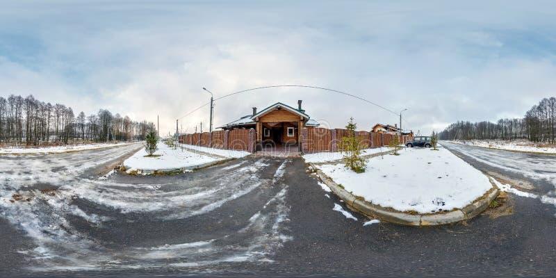 莫吉廖夫,白俄罗斯- 2017年12月:全景360度在木假期房子附近门的角度图在冬天阴天 库存图片