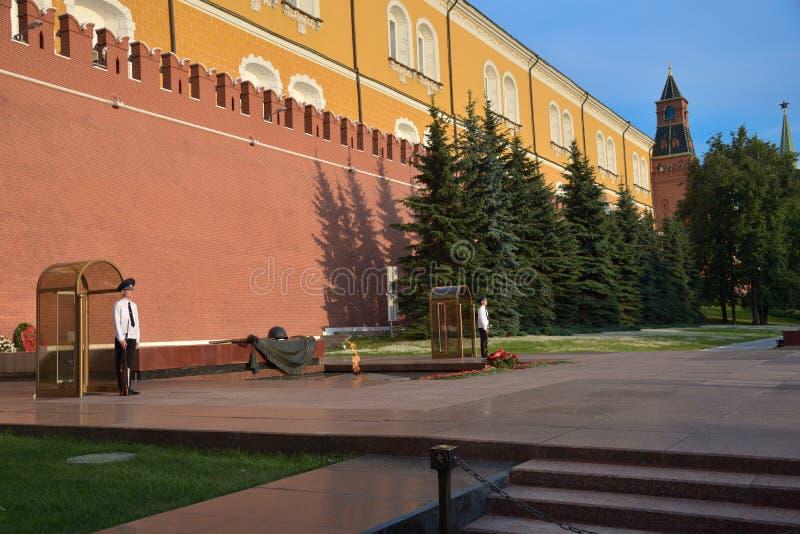 莫斯科,俄罗斯,2018年6月29日:在永恒火焰的军事卫兵在克里姆林宫墙壁附近的亚历山大公园 免版税库存照片