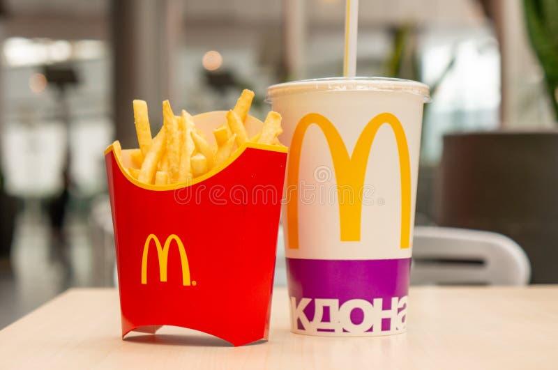 莫斯科,俄罗斯, 2018年3月15日:麦克唐纳` s大Mac汉堡包菜单、炸薯条和可口可乐 快速的膳食食物 在咖啡馆dinne的快餐 库存照片