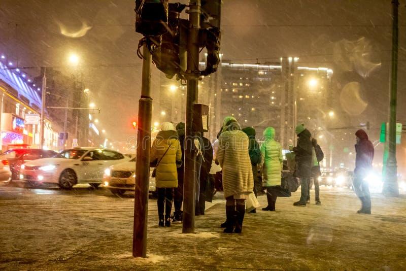莫斯科,俄罗斯- 2017年12月:与雪的恶劣天气和在莫斯科街道的暴风雪  库存照片
