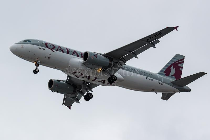 莫斯科,俄罗斯- 2019年3月17日:飞机努力去做登陆的空中客车A320-232卡塔尔航空A7-AHD在多莫杰多沃国际性组织 库存图片