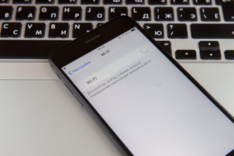 莫斯科,俄罗斯- 2019年1月29日 iphone在macbook键盘 Wi-Fi在屏幕上被关闭 库存图片