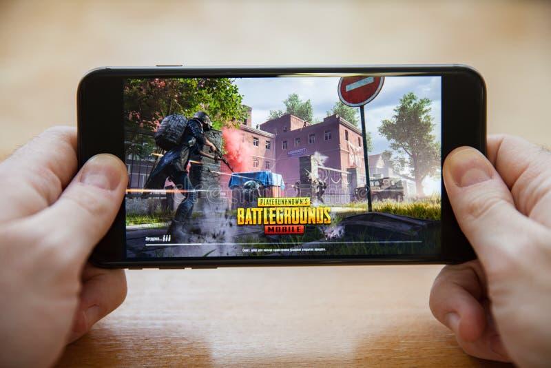 莫斯科/俄罗斯- 2019年2月24日:在一个黑智能手机的装载的pubg比赛在男性手上 图库摄影