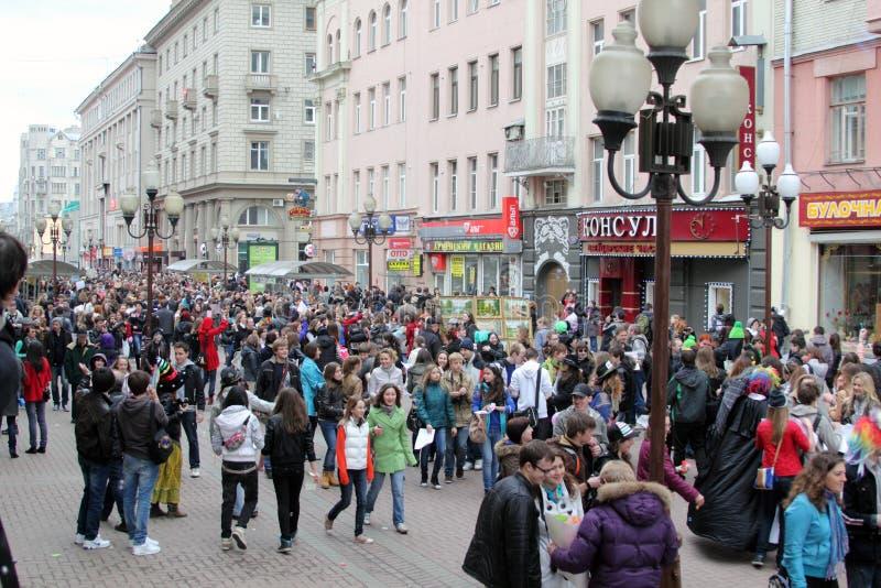 莫斯科/俄罗斯- 2011年4月17日:阿尔巴特街的很多人在莫斯科 免版税库存照片