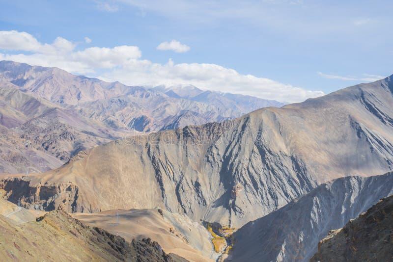 莱赫地理风景视图  山、路、天空和雪 Leh, Ladakh,印度 库存照片