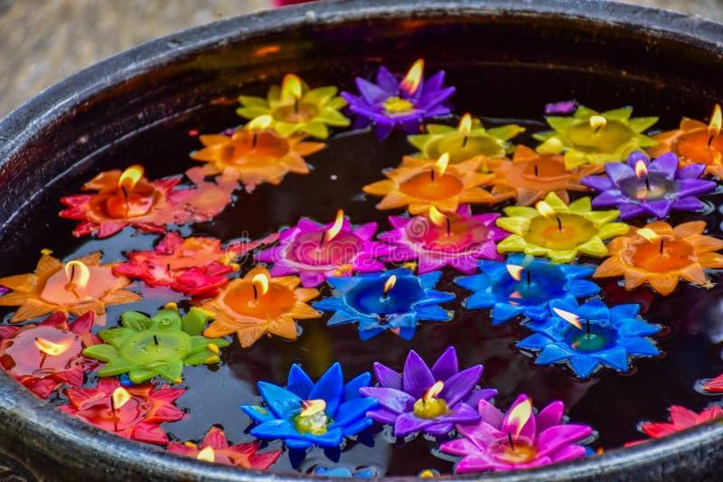 莲花由浮动水的蜡烛被做 库存照片