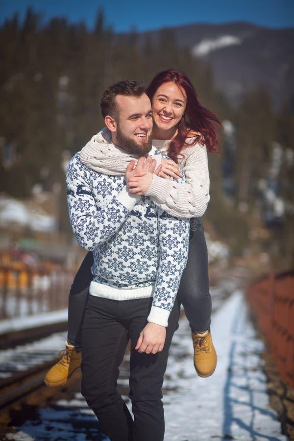 获得两个年轻的旅行家在桥梁的乐趣 库存图片