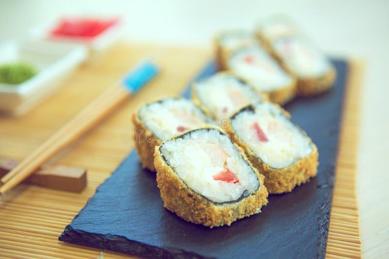 螃蟹被油炸的里面莴苣做maki肉辣椒粉镀卷木供食的寿司的天麸罗 服务在石板材 库存照片