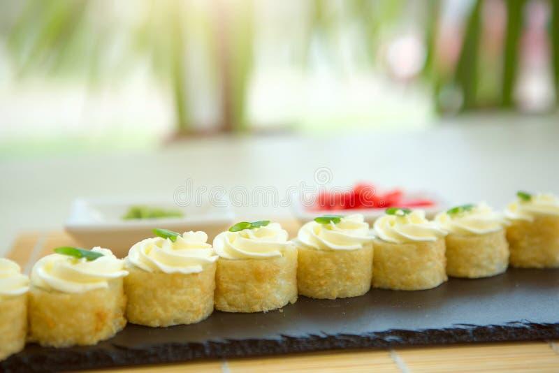 螃蟹被油炸的里面莴苣做maki肉辣椒粉镀卷木供食的寿司的天麸罗 服务在石板材 免版税图库摄影